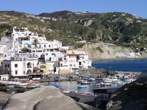 S Angelo d'Ischia - Isola d'Ischia - Italia Sant'Angelo è un piccolo borgo abitato un tempo da pescatori diventato oggi tra i più importanti luoghi di attrazione dell'isola